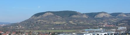 Blick aus südwestlicher Richtung von Winzerla auf die Kernberge (Quelle: www.wikipedia.de)