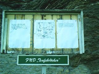 """Hinweise auf das Projekt """"Zweiter geologischer Kehrpfad"""" an der alten Erläuterungstafel der  Teufelslöcher (Quelle: www. geojena.de)"""